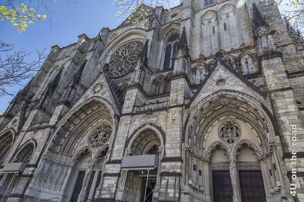 Bild Kathedrale St. Johns Divine, New York, zeigt die Eingänge der Kathedrale
