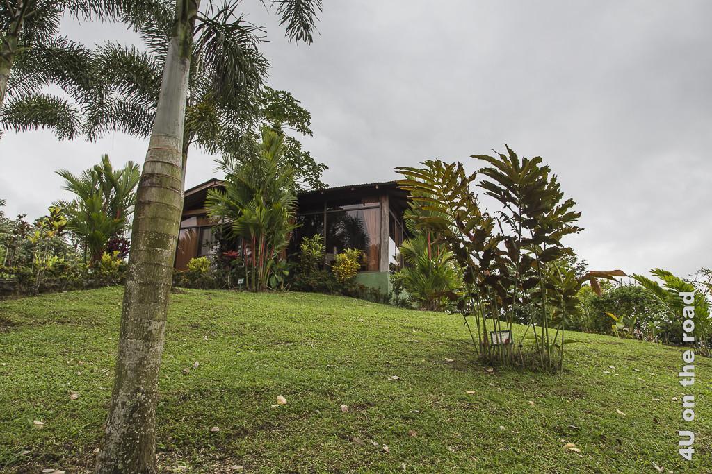 Bild Villa auf dem Berg zeigt den verglasten Bungalow umgeben von tropischen Pflanzen