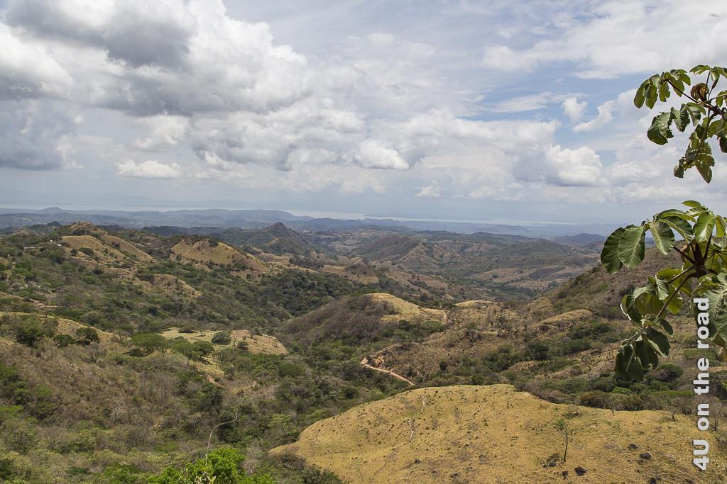 Bild Wir verlassen die Gegend um Monteverde zeigt Hügel mit trockenem Gras