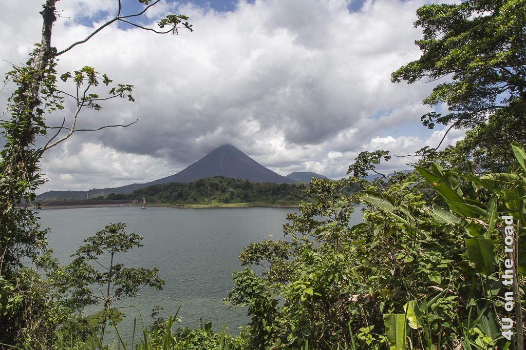 Bild Vulkan Arenal vom gegenüberliegenden Ufer des Stausees aus gesehen