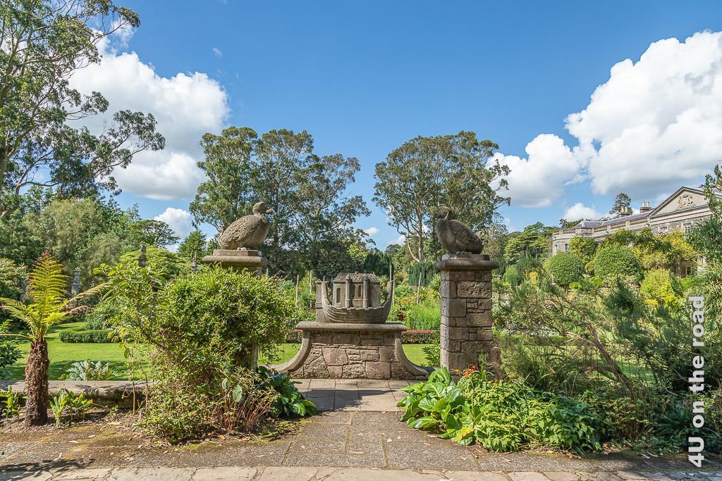 Bild Blick auf die Arche, Dodo Terrasse, Mount Stewart zeigt die beiden Säulen mit den Dodos. In der Mitte steht die Arche vor der Kulisse des italienischen Gartens im Hintergrund.