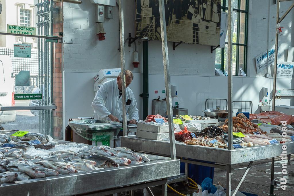 Bild Fischstand im St. George's Market zeigt die Auslagen von toten Fischen bis Garnelen und grösseren Krebstieren.