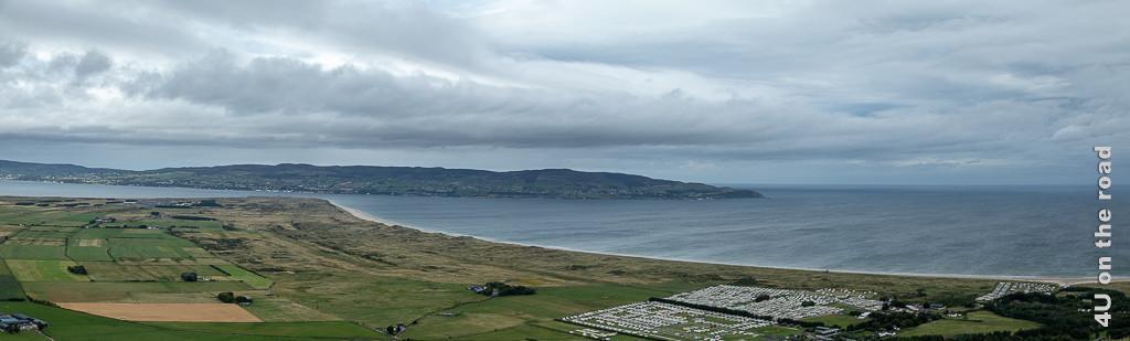 Bild Aussicht vom Gortmore Viewpoint, Bishops Road, auf den Magilliganpoint zeigt die Landspitze am Fjord, den langen Sandstrand und das Land auf der anderen Seite des Fjords.