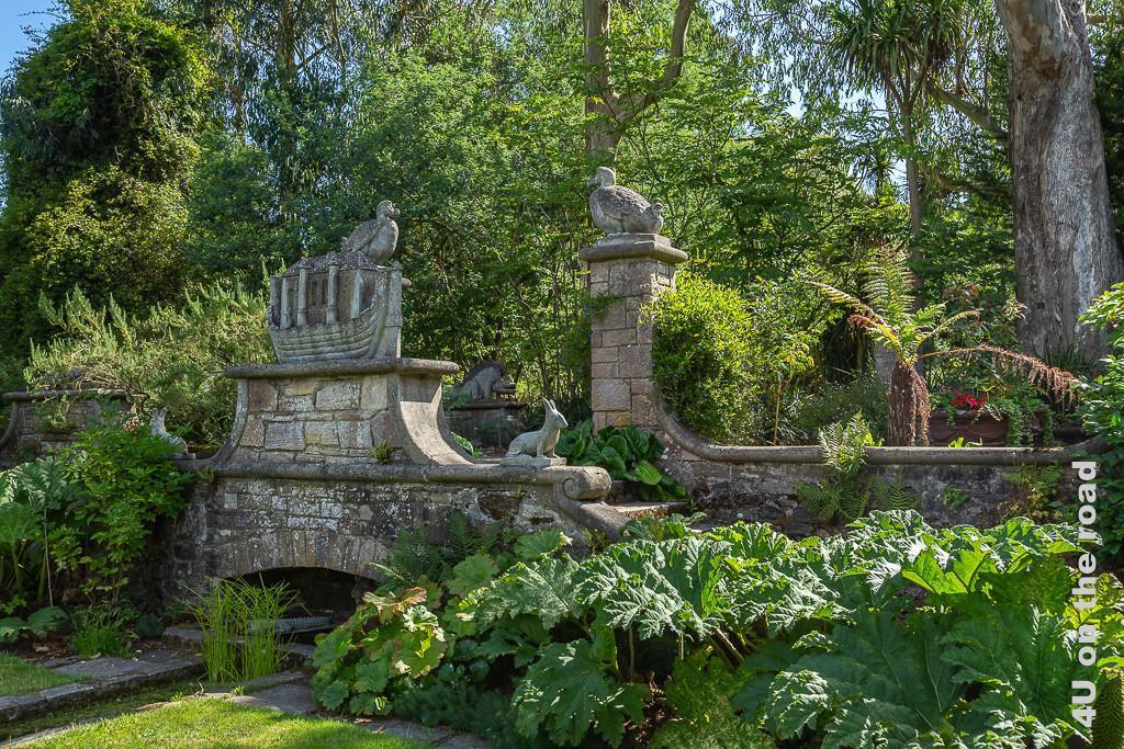 Bild Dodo Terasse mit Arche, Mount Stewart zeigt die Terrasse von unten her fotografiert. Sie wirkt wie eine Brücke. Am Treppenaufgang sitzt ein Hase. Auf der Brüstung steht die Arche. Im Hintergrund sieht man zwei Säulen mit den Dodos.
