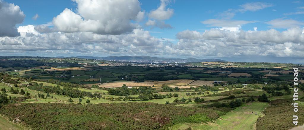 Bild Panoramablick vom Scrabo Tower zeigt den Blick über den Golfplatz und die hügelige Landschaft mit Feldern, Weiden und Windrädern.