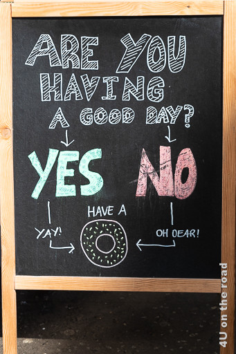 Bild Werbung, St. George's Market für Donuts zeigt eine Tafel mit der Frage, ob du einen guten Tag hast. Egal ob die Antwort ja oder nein lautet, die Lösung ist ein Donut.