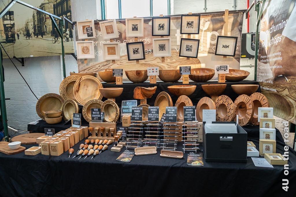Bild Stand mit Holzarbeiten, St. George's Market zeigt einen Stand, der von Kerzenhaltern und Weinflaschenverschlüssen bis zu wunderschönen Schüsseln alles verkauft.