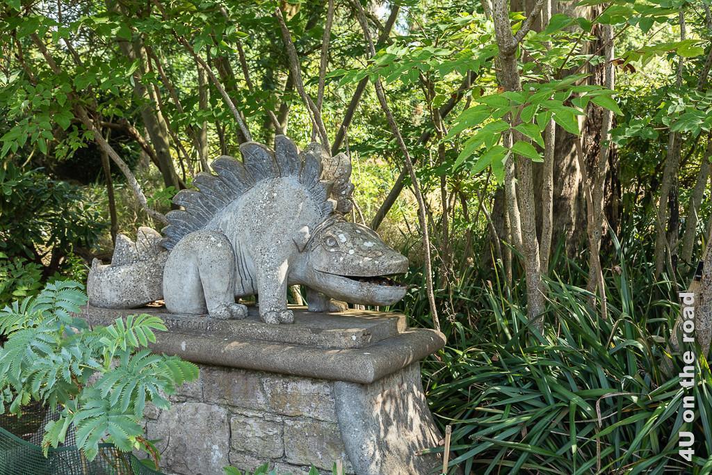 Bild Aligator Skulptur, Mount Stewart zeigt einen an einen freundlichen Drachen erinnernden Aligator mit aufgestellten Rückenzacken.
