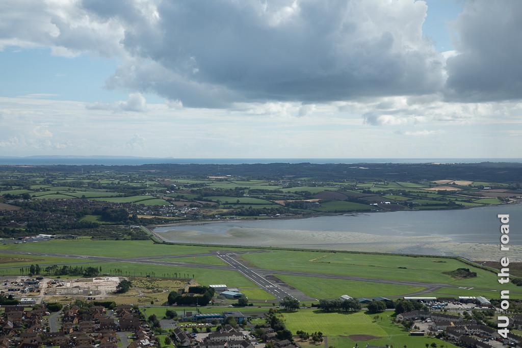 Blick vom Scrabo Tower auf das Flugfeld am oberen Ende des Strangford Lough zeigt das Flugfeld, den Fjord bei Ebbe und die dahinter liegende Ards Peninsula und die Irische See.