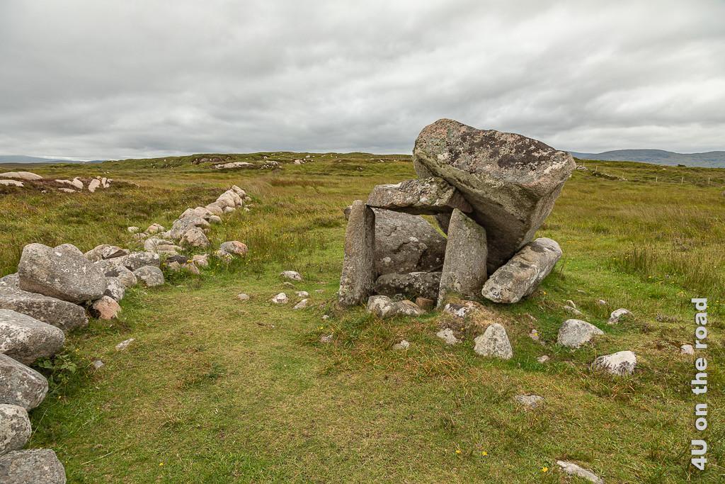 Bild Kilclooney Dolmen klein zeigt den deutlich kleineren eingestürzten Dolmen.