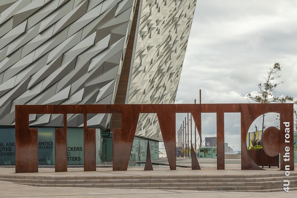 Bild Titanic Museum Schriftzug - Belfast zeigt den in übermannsgrosser rostiger Platte ausgestanzten Schriftzug Titanic in Grossbuchstaben.