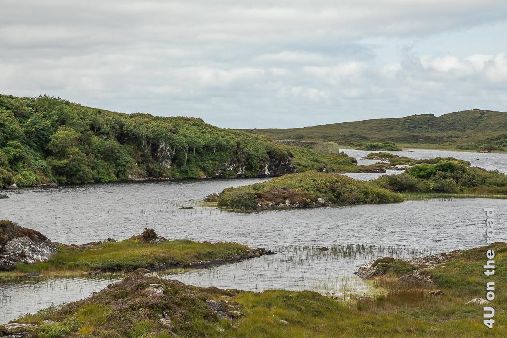 Bild Blick auf das Doon Fort zeigt den See mit vielen kleinen Inseln und die Rundmauern des Doon Fort im Hintergrund.