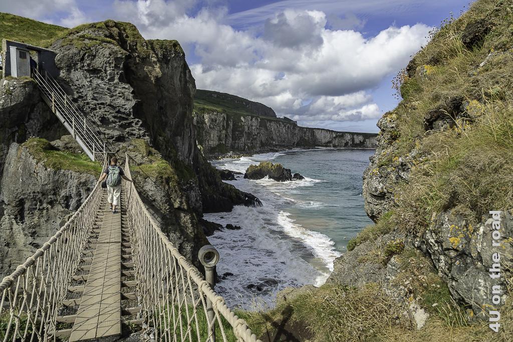 Bild Carrick-a-Rede Rope Bridge zeigt die Hängebrücke, die Treppe nach oben und die Küstenlinie