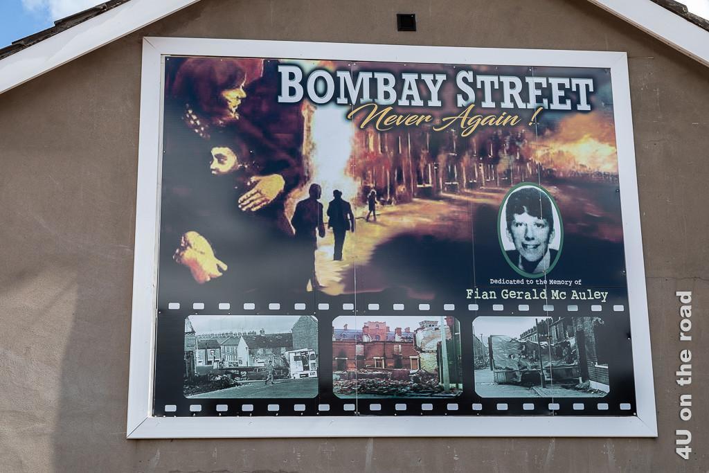 Bild Plakat beim Memorial, Black Taxi Tour Belfast zeigt brennende Häuser, eine Mutter, die ihr Kind festhält und darunter wie bei auf einem Filmstreifen Aufnahmen der Zerstörung dieser Strasse.
