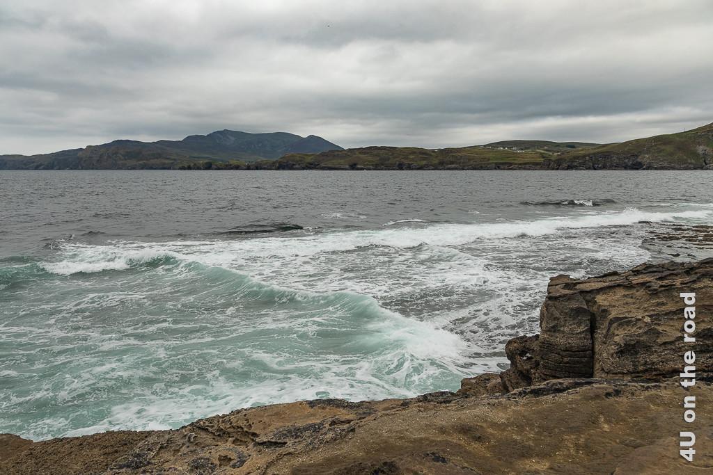 Bild Muckross Head - spezieller Wellenverlauf zeigt parallel zum Land verlaufende Wellen, die sich mit Wellen, die auf das Land zulaufen, kreuzen.