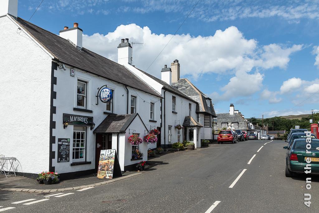 Bild Im Ort Cushendun ist die Zeit stehengeblieben zeigt eine Strasse mit lauter alten Cottage Häusern