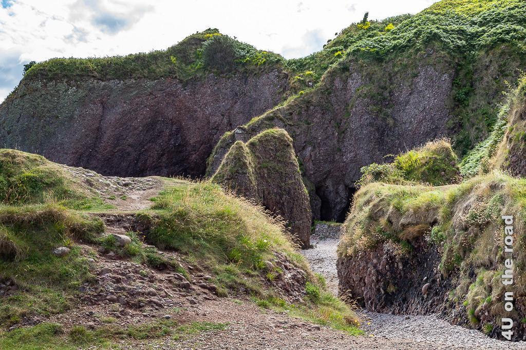 Bild Cushendun - Eingang zu den Höhlen zeigt die aus einer Art steinigem Lehm bestehenden Klippen und Höhlen.
