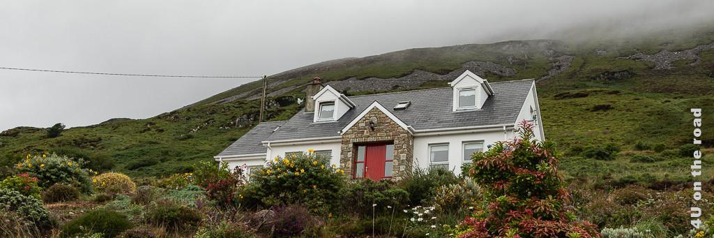 Reisetipps Norden Irland, das Bild zeigt unser weisses Haus mit roter Tür in Dunlewey unterhalb des Berges.