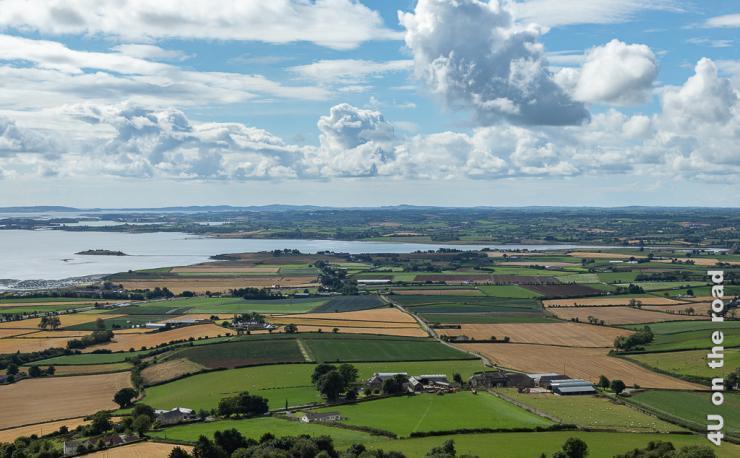 Blick vom Scrabo Tower auf Felder, den Strangford Lough mit seinen Inseln