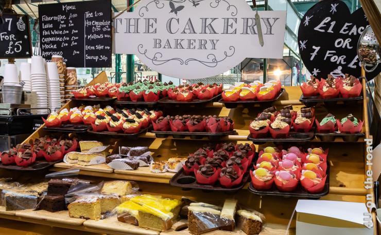 Bild Viele bunte Muffins zeigt die Auslage eines Bäkereistandes in der Markthalle mit verschieden dekorierten Muffins.