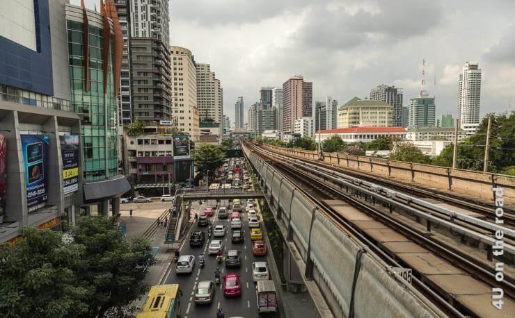 Bild Auf dem Weg ins Shopping Paradies - Bangkok zeigt die Trasse des Skytraines, den Stau auf der unterhalb verlaufenden 4 spurigen Strasse und die Hochhäuser.