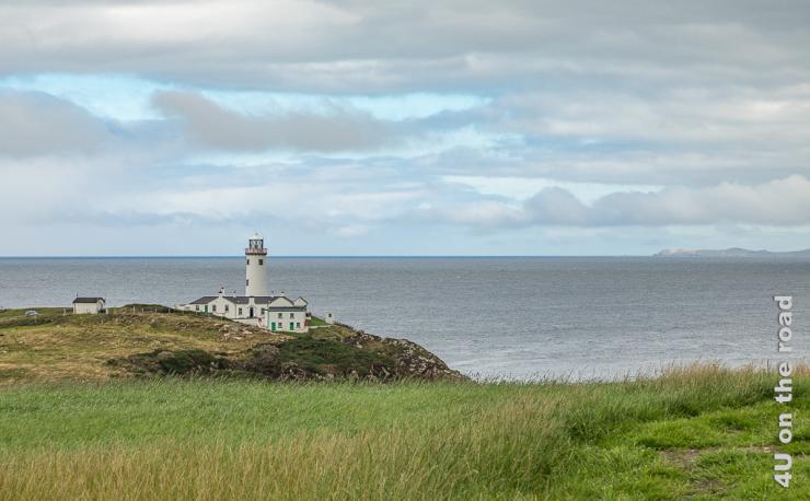Bild Leuchtturm auf der Fanand Peninsula zeigt den weissen Leuchtturm mit Gebäuden auf den Klippen.