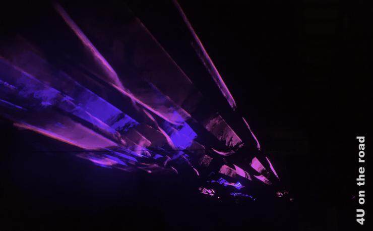 Lasershow in dunkler Halle