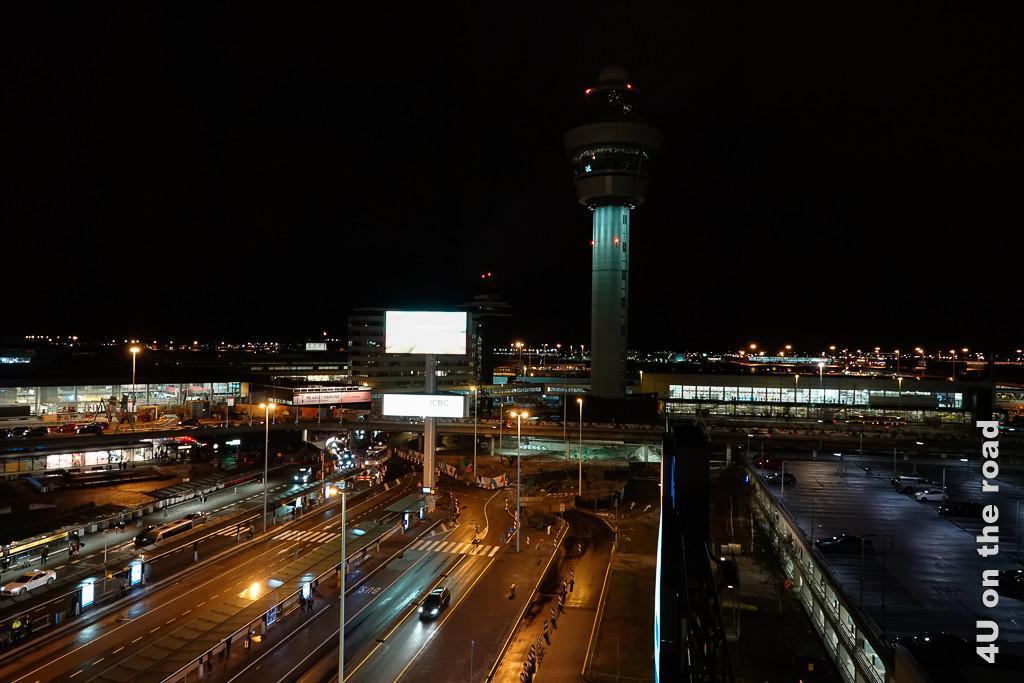 Bild Flughafen Schiphol bei Nacht - Amsterdam zeigt erleuchtete Strassen und einen Tower