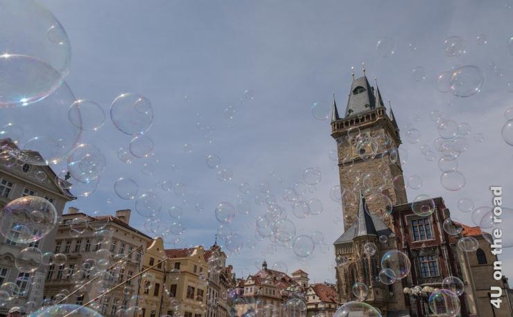 Seifenblasen über dem Rathausplatz in Prag