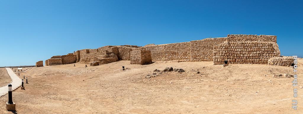 Bild Panorama Sumhuram zeigt die Stadtmauer der alten Hafenstadt auf einem Hügel.