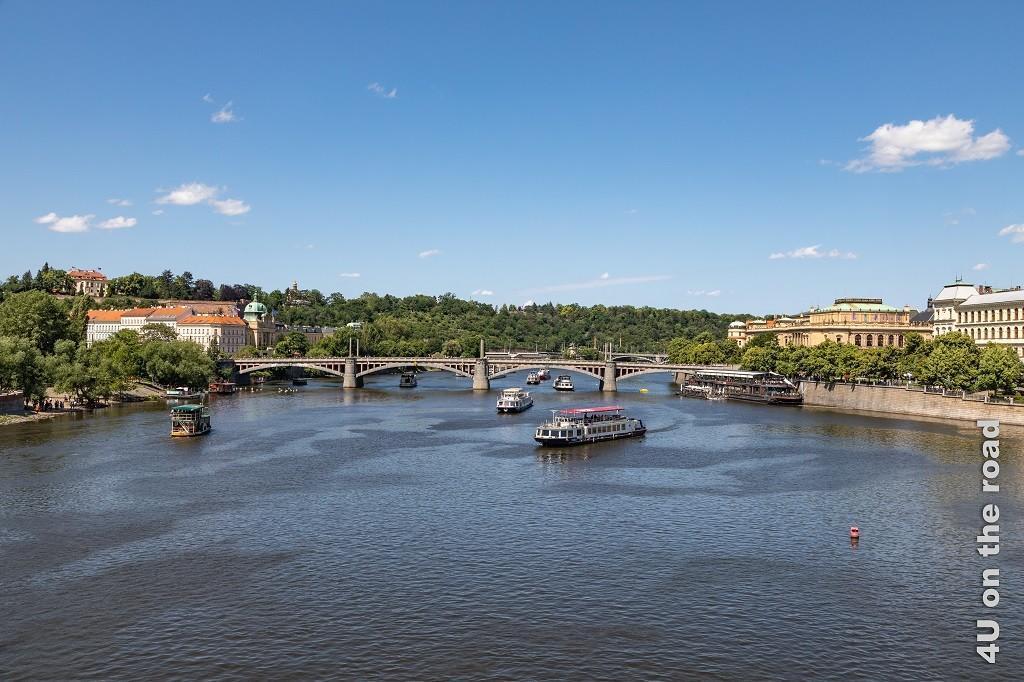 Bild Blick von der Karlsbrücke in Richtung - Mánesuv most - Prag, zeigt verschiedene Schiffe, die Brücke und die rechts und links am Ufer stehenden Palais (Residence Trinidad und Rudolfinum).