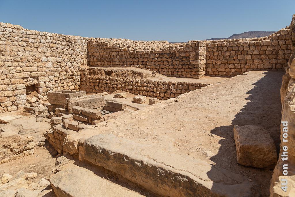 Bild Reste eines Grossen Haus - Sumhuram zeigt Mauern, Fussböden und Schächte in einem grossen Haus mit Lagerkeller.