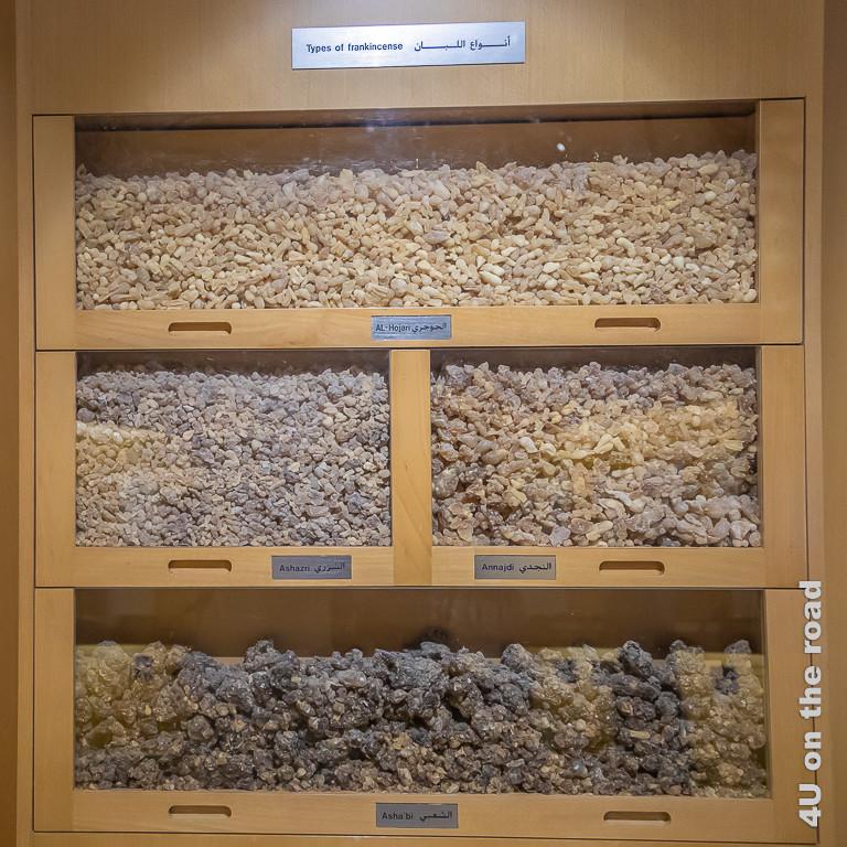 Bild Schaukasten mit Weihrauch unterschiedlicher Qualitätsstufen im Museum of Frankincense Land zeigt von unten nach oben Weihrauch niedriger Qualität in dunkler Farbe und kleine Stücken bis zur besten Qualität in weisser Farbe.