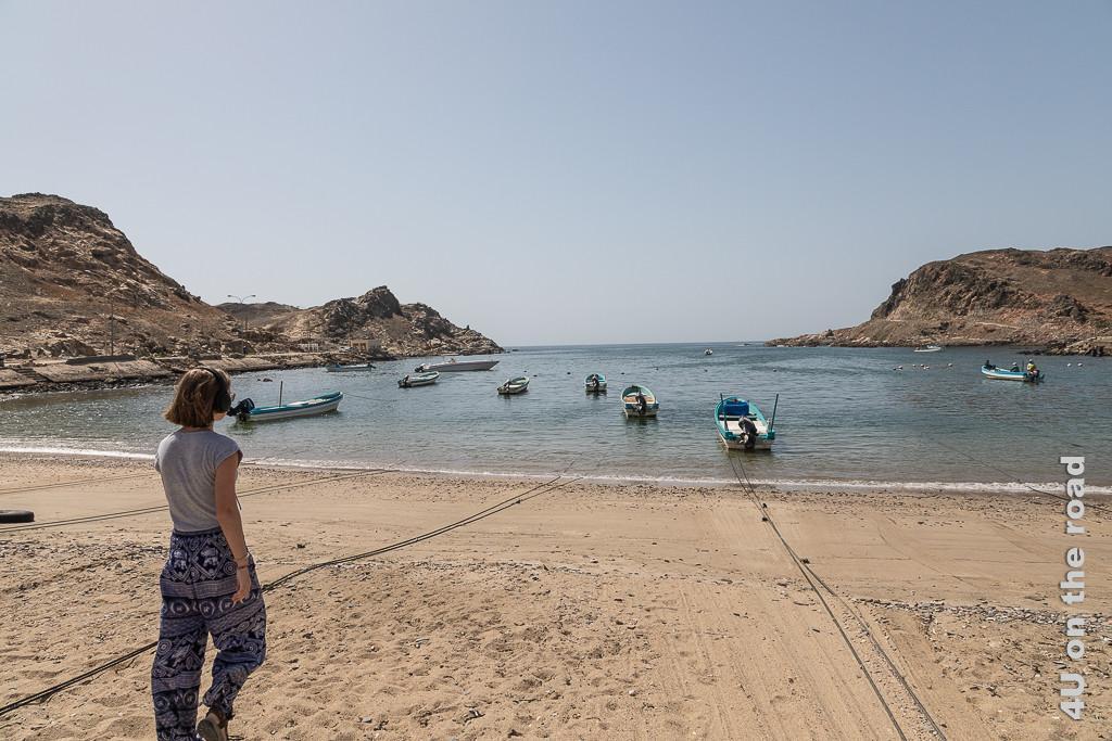 Bild Hafen von Sadah zeigt die geschützte Meeresbucht in der lauter kleine Schiffe mit Aussenbordmotor liegen, die am Strand vertaut sind.