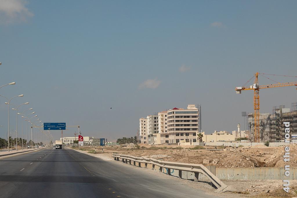 Bild Salalah - Baustelle mit modernen Hochhäusern zeigt mehrere Wohnblocks in unterschiedlichen Fertigstellungsstadien. Die unteren zwei Etagen sind Geschäften vorbehalten.