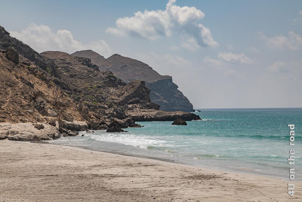Bild Beginn des Mughsail Beaches zeigt die Felsklippen die den weissen Sandstrand begrenzen und das türkisfarbene Meer