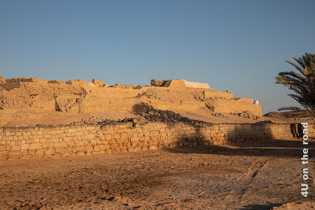 Burg von der Seite im warmen Licht des Sonnenuntergangs bei der Rückkehr fotografiert - Al Baleed Ausgrabungsgelände