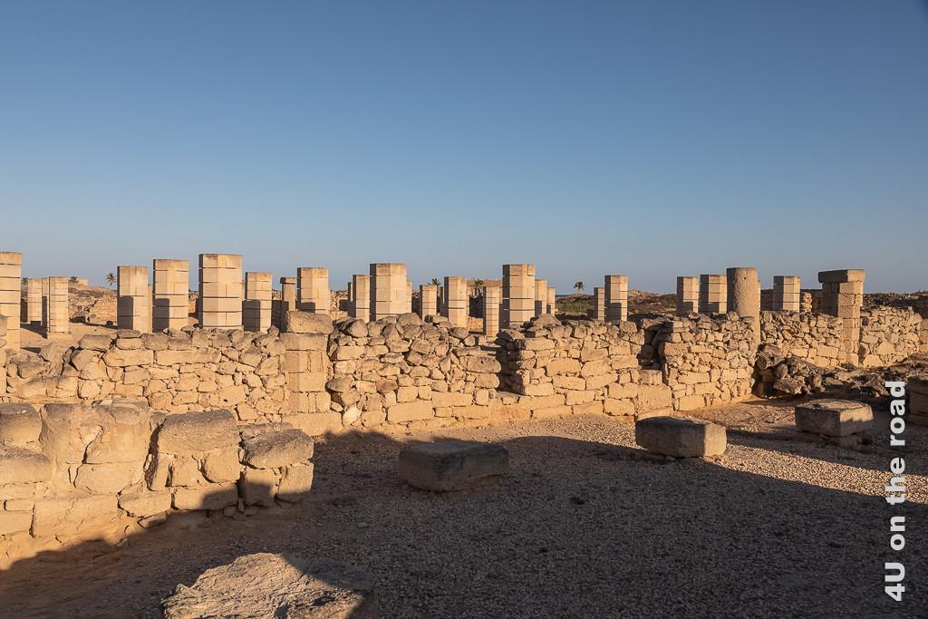 Bild Grosse Moschee im Al Baleed Archäologiepark zeigt neben Mauerresten echte und nachgebaute Säulen