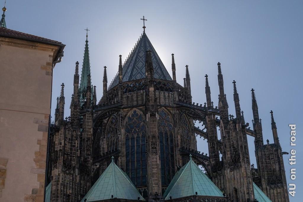 Bild St. Veits Dom im Gegenlicht zeigt den Dom von der Rückseite, die Sonne befindet sich direkt hinter der Domspitze.
