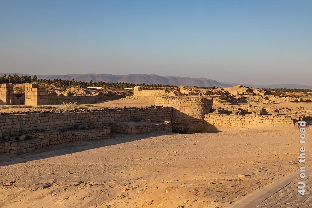 Reste der Stadtmauer mit Wachturm - Al Baleed Archäologiepark