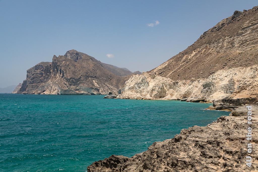 Bild Keine Welle weit und breit zeigt das recht ruhige Meer und die ins Meer abfallenden Kalkstein Klippen