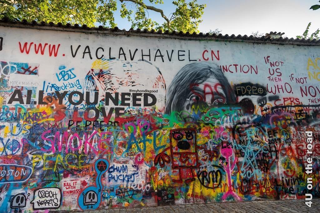 """Bild John Lennon Gedächtnismauer, Prag zeigt eine Grafiti verschmierte Wand u.a. mit einem Bild von John Lennon und der Liedzeile """"All you need ist Love""""."""