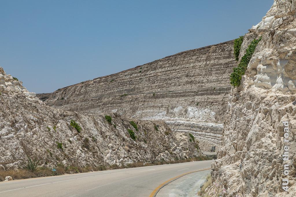 Bild Tiefe Einschnitte im Stein waren notwendig für den Strassenbau der Zickzack Road zeigt die fast senkrecht eingeschnittenen Kalksteinfelsen und die sich hindurchwindende Strasse