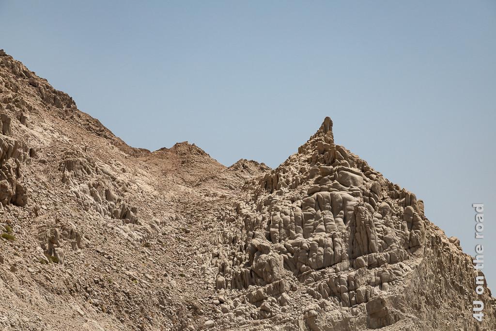 Billd Wer hat denn da mit Lehm gespielt? zeigt Felsen, die aussehen wie die Kleckerburg eines Kindes.