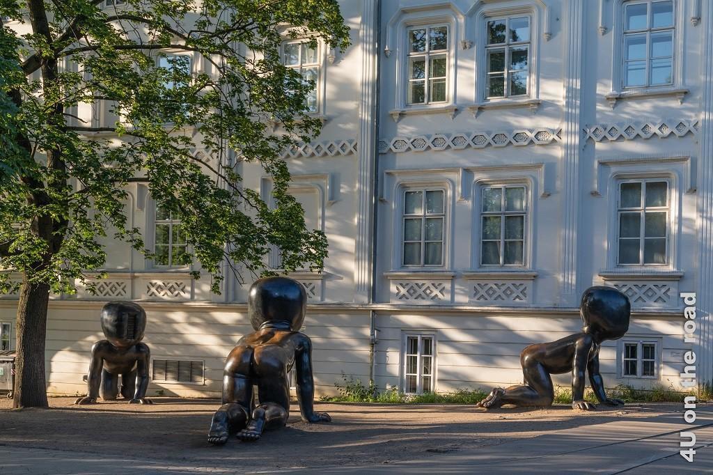 Bild David Černý - Miminka, Prag zeigt die Bronze Skulptur dreier Riesenbabies, die einen Strichcode statt eines Gesichts haben.
