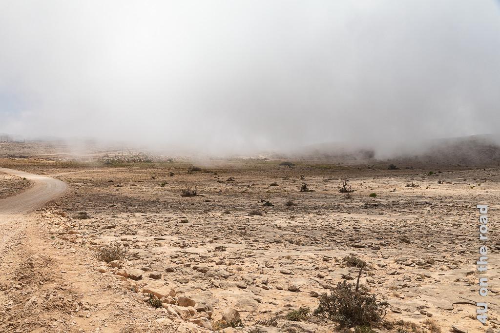 Bild Wolken ziehen immer dichter auf zeigen die schnell über die karge Landschaft unterhalb vom Jebel Samhan ziehenden Wolken. Sie verleihen der Landschaft etwas mystisches.
