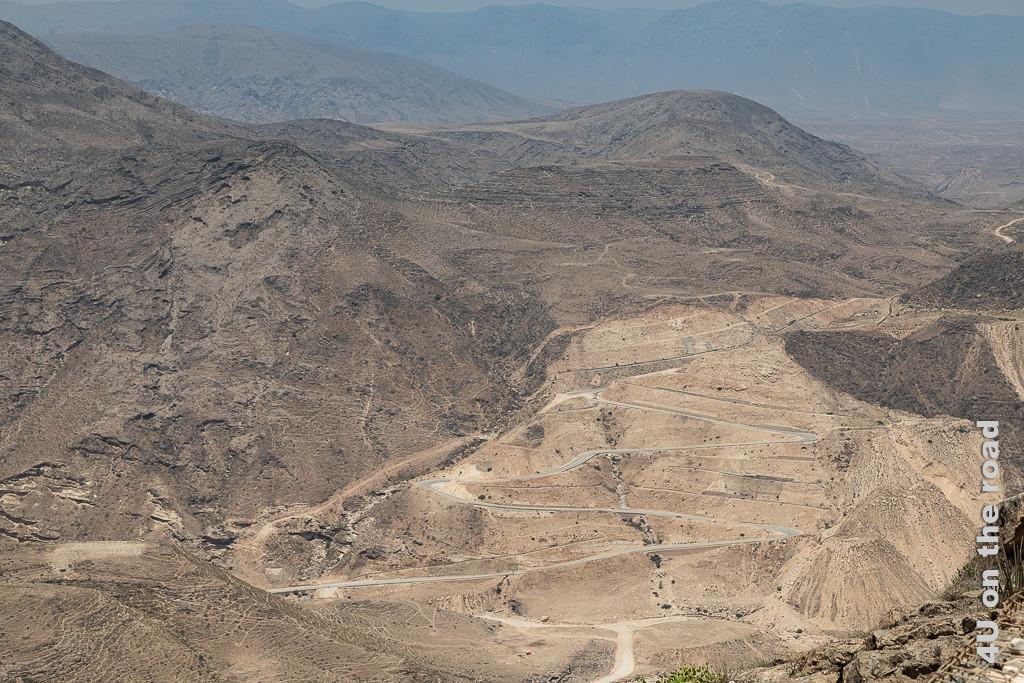 Blick auf die gegenüberliegende Seite der Zickzack Road, Oman zeigt den gewaltigen Eingriff in den Berg, um diese Strasse bauen zu können