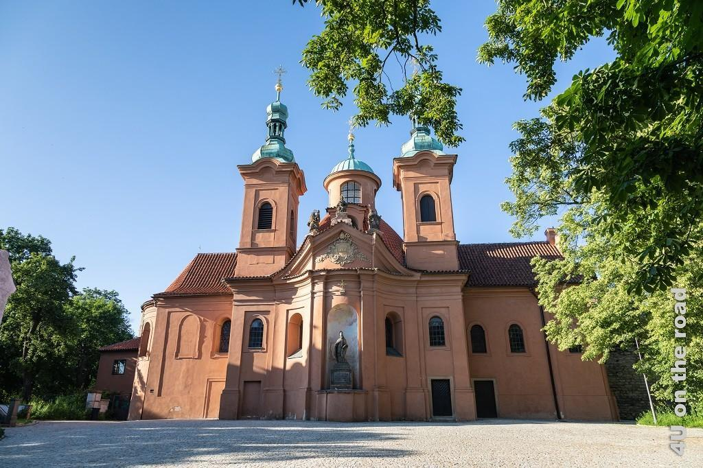 Bild St. Laurentius Kirche, Prag zeigt die barocke Kirche in ocker Tönen.