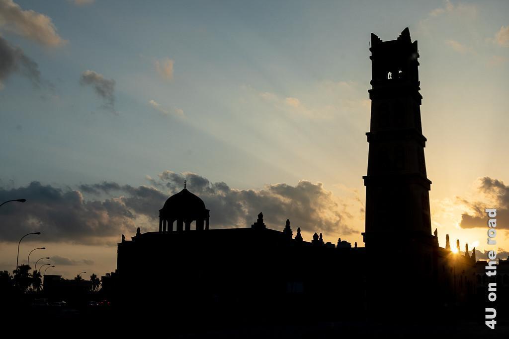 Bild Moschee im Gegenlicht zeigt die schwarzen Umrisse der Moschee in Taqa bei tiefstehender Sonne