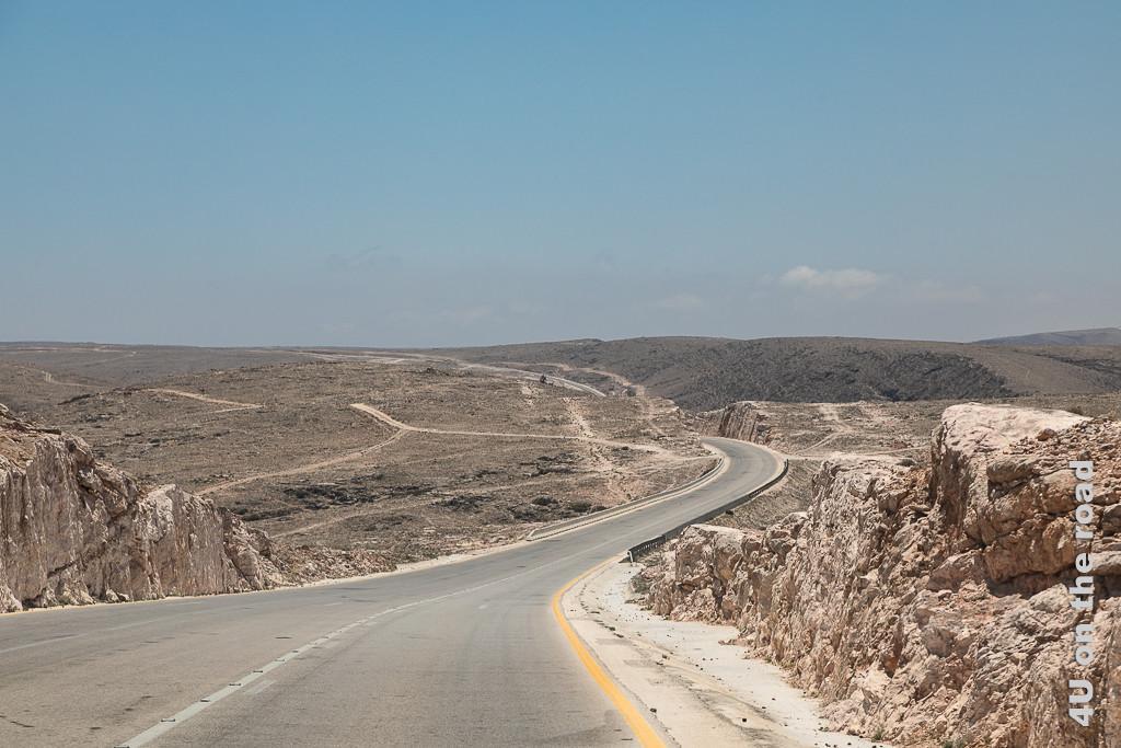 Bild Die Zickzackroad, Oman führt unvermutet auf ein Hochplateau zeigt die über das Hockplateau führende Strasse